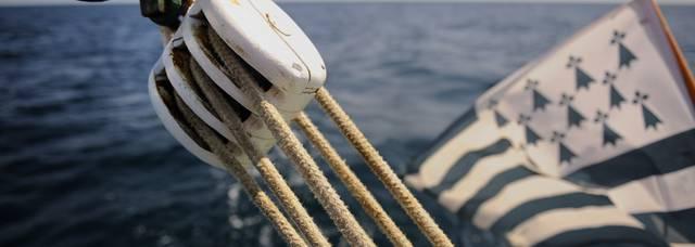 Détail du voilier traditionnel le Cap-Sizun, drapeau breton dans le fond