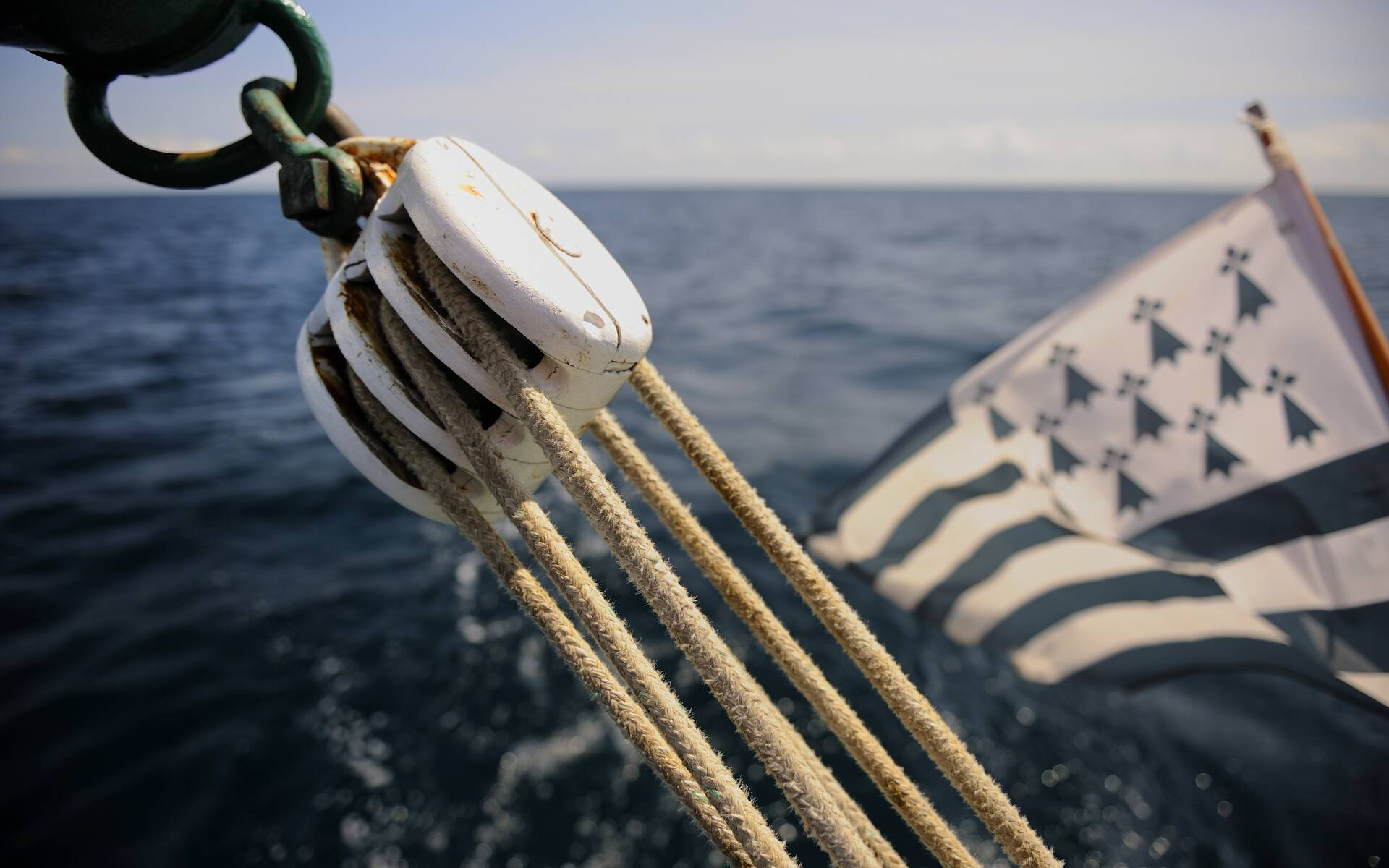 Détails du voilier traditionnel le Cap-Sizun, drapeau breton